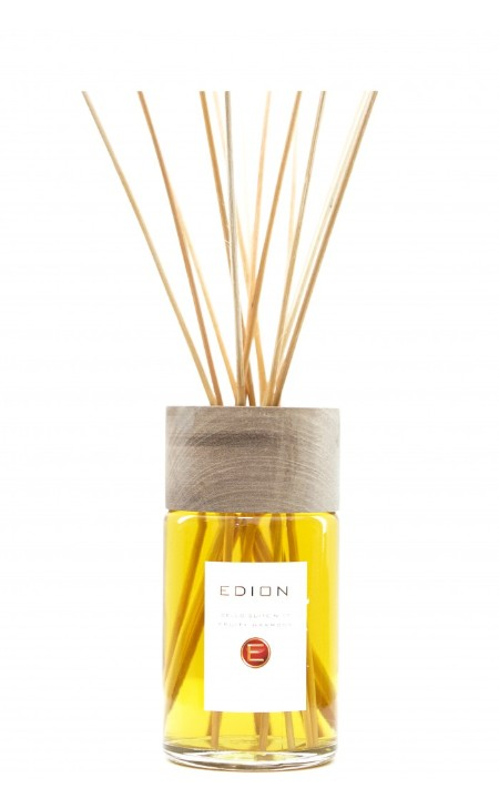 Shop EDION  Profumo: Edion profumatore per ambiente Fruit Harmany cello suite 17. Note di testa fortemente fiorite e aromatico fruttato, finiscono in una esplosione di note speziate resa dolce e gourmand dalla vaniglia.  Testa: rosa, lavanda, violetta, eucalipto, nota verde. Cuore: ribes nero, lampone, uva rossa, miele. Fondo: vaniglia, muschio bianco, tabacco, fava tonka. Capacità: 250 ml. Made in Italy.. CELLO SUITE N17 FRUITY-ML250