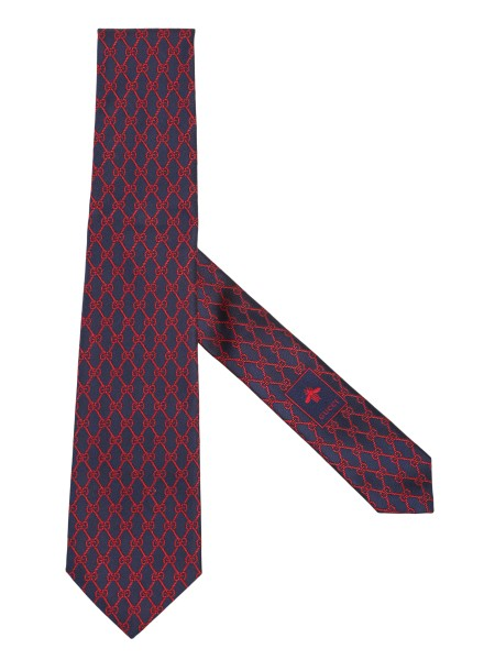 Shop GUCCI  Tie: Gucci tie in blue silk with red GG motif, chains,  in a new variant of maritime inspiration. Dimensions: width 7 cm length 146 cm. Composition. 100% silk. Made in Italy.. 495312 4E002-4074