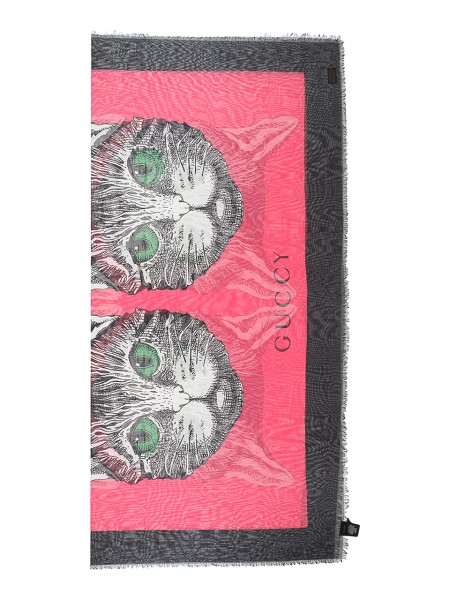 Shop GUCCI  Stola: Gucci fuchsia silk and modal shawl with Guccy and Mystic Cat with green eyes print. Borders with fringes. Dimensions: Width 140cm x Height 140cm. Composition: 85% modal 15% silk. Made in Italy.. 505393 3G856-5660
